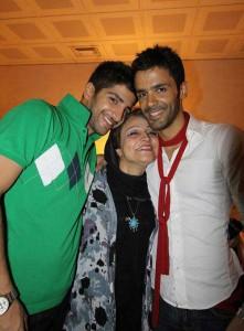تصویر سیروان خسروی همراه مادر و برادرش زانیار خسروی
